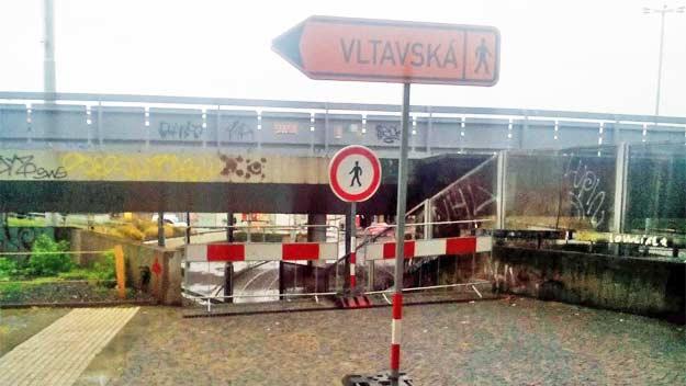 Most v havarijním stavu u stanice Vltavská se zbourá