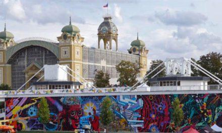 Fragmety unikátního muralu na Výstavišti Praha podpoří rodiny ve finanční nouzi